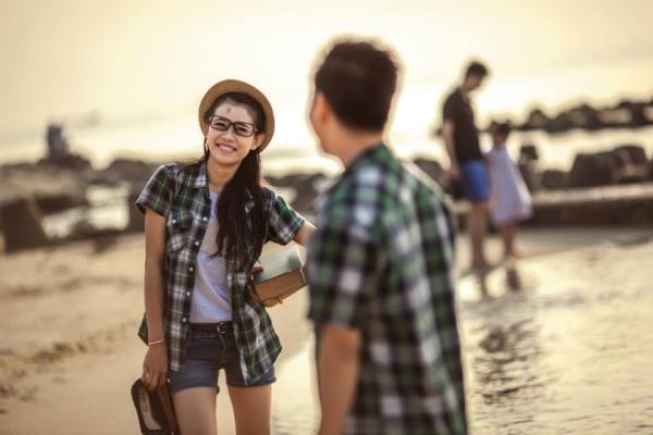 Ảnh cưới đẹp dễ thương với cặp đôi hạnh phúc tươi cười với biển (01) tại Cưới hỏi trọn gói 365