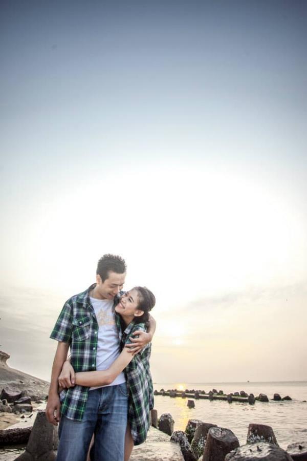 Ảnh cưới đẹp dễ thương với cặp đôi hạnh phúc tươi cười với biển (02) tại Cưới hỏi trọn gói 365