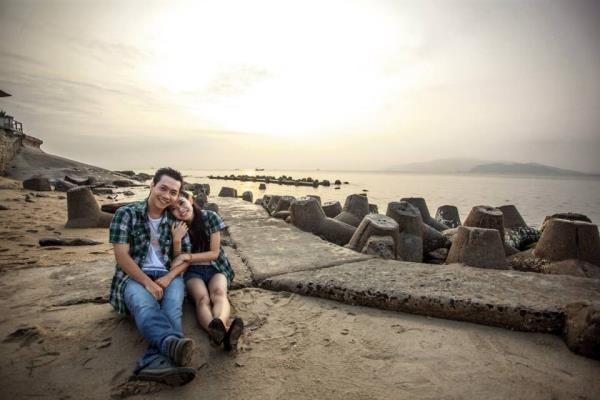 Ảnh cưới đẹp dễ thương với cặp đôi hạnh phúc tươi cười với biển (03) tại Cưới hỏi trọn gói 365