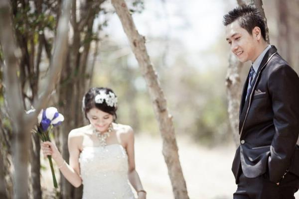 Ảnh cưới đẹp dễ thương với cặp đôi hạnh phúc tươi cười với biển (04) tại Cưới hỏi trọn gói 365