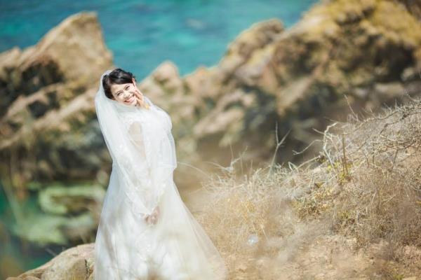Ảnh cưới đẹp dễ thương với cặp đôi hạnh phúc tươi cười với biển (06) tại Cưới hỏi trọn gói 365