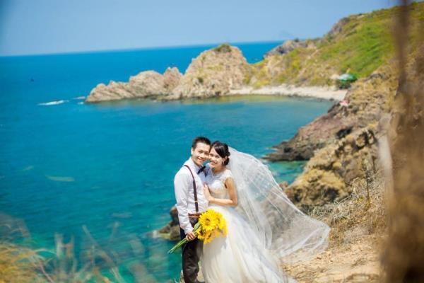 Ảnh cưới đẹp dễ thương với cặp đôi hạnh phúc tươi cười với biển (07) tại Cưới hỏi trọn gói 365