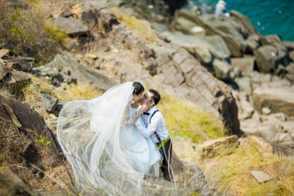 Ảnh cưới đẹp dễ thương với cặp đôi hạnh phúc tươi cười với biển (08) tại Cưới hỏi trọn gói 365
