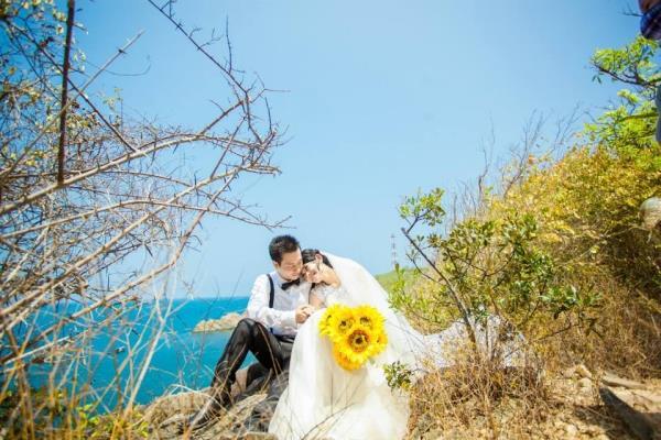 Ảnh cưới đẹp dễ thương với cặp đôi hạnh phúc tươi cười với biển (10) tại Cưới hỏi trọn gói 365