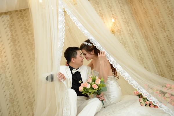 Ảnh cưới đẹp, dễ thương với đa sắc màu tươi tắn trong phim trường (06) tại Cưới hỏi trọn gói 365