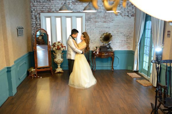 Ảnh cưới đẹp, dễ thương với đa sắc màu tươi tắn trong phim trường (12) tại Cưới hỏi trọn gói 365