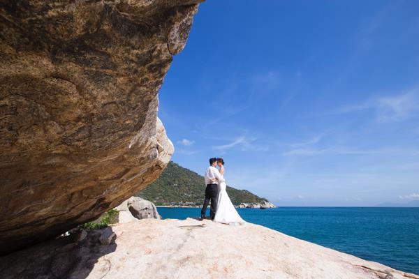 Ảnh cưới đẹp, tự nhiên, lãng mạn với gam màu xanh mát lành với cảnh biển Nha Trang (06) tại Cưới hỏi trọn gói 365