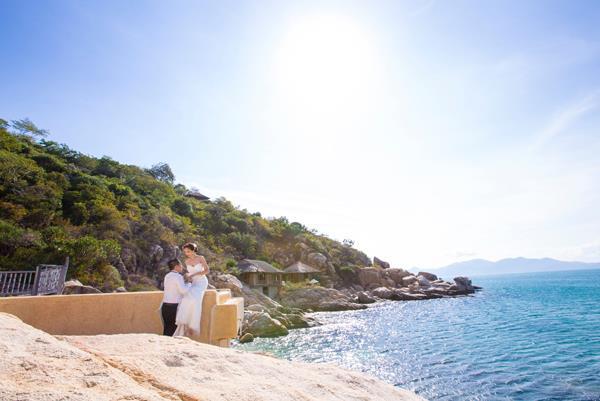 Ảnh cưới đẹp, tự nhiên, lãng mạn với gam màu xanh mát lành với cảnh biển Nha Trang (07) tại Cưới hỏi trọn gói 365