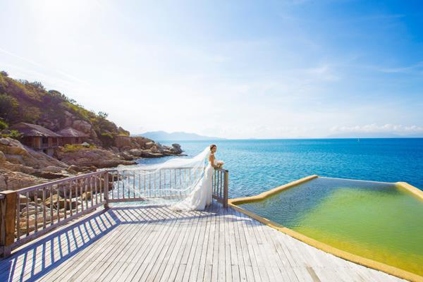 Ảnh cưới đẹp, tự nhiên, lãng mạn với gam màu xanh mát lành với cảnh biển Nha Trang (08) tại Cưới hỏi trọn gói 365