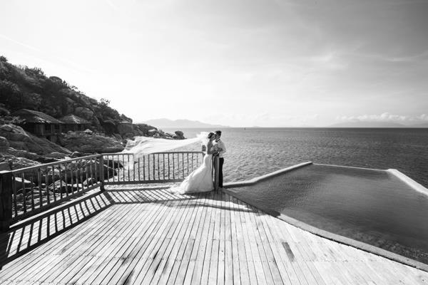Ảnh cưới đẹp, tự nhiên, lãng mạn với gam màu xanh mát lành với cảnh biển Nha Trang (09) tại Cưới hỏi trọn gói 365
