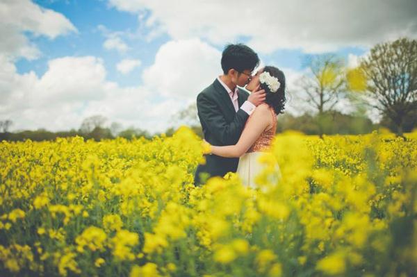 Ảnh cưới trên đồng cỏ hoa cải vàng ngập tràn (01) tại Cưới hỏi trọn gói 365