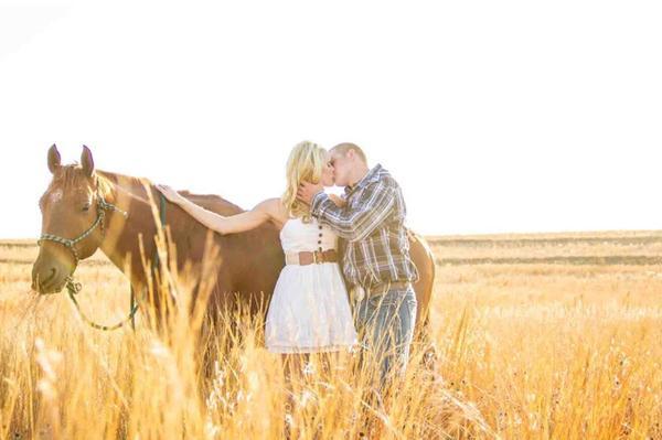 Ảnh cưới trên đồng cỏ hoa cải vàng ngập tràn (06) tại Cưới hỏi trọn gói 365