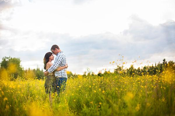 Ảnh cưới trên đồng cỏ hoa cải vàng ngập tràn (07) tại Cưới hỏi trọn gói 365
