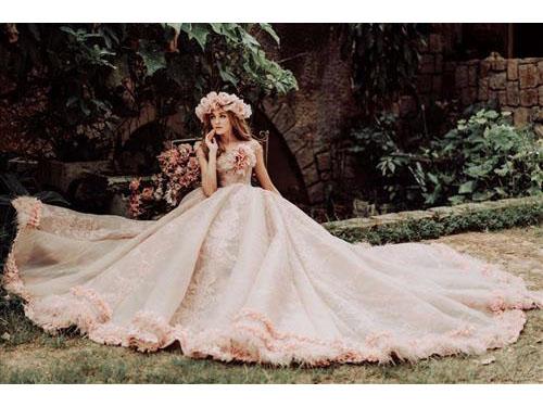 """Ngẩn ngơ với những chiếc váy cưới biến mọi cô gái trở thành """"nữ thần mùa thu"""" : Tin cưới hỏi trọn gói 365 của công ty shop dịch vụ trang trí nhà tiệc ngày đám cưới lễ gia tiên ăn hỏi"""