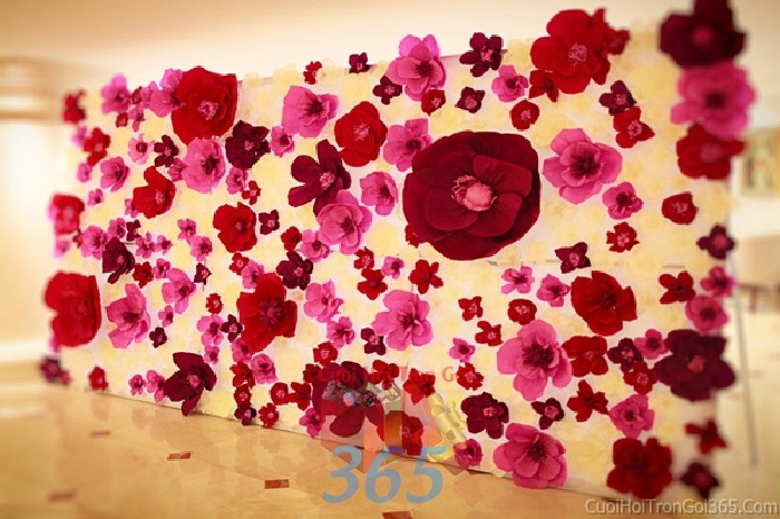 Backdrop hoa đám cưới tông màu đỏ hồng đa sắc được kết từ những bông hoa giấy lớn nhỏ xeBDNH58 : Mẫu cưới hỏi trọn gói 365 của công ty dịch vụ trang trí nhà tiệc cưới hỏi đẹp rẻ uy tín ở tại quận Tân Phú Sài Gòn TPHCM Gò Vấp