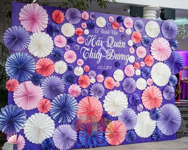 Backdrop hoa đám cưới tông màu hồng xanh đa sắc kết đẹp từ những bông hoa giấy hình cánh BDNH42 : Mẫu cưới hỏi trọn gói 365 của công ty dịch vụ trang trí nhà tiệc cưới hỏi đẹp rẻ uy tín ở tại quận Tân Phú Sài Gòn TPHCM Gò Vấp