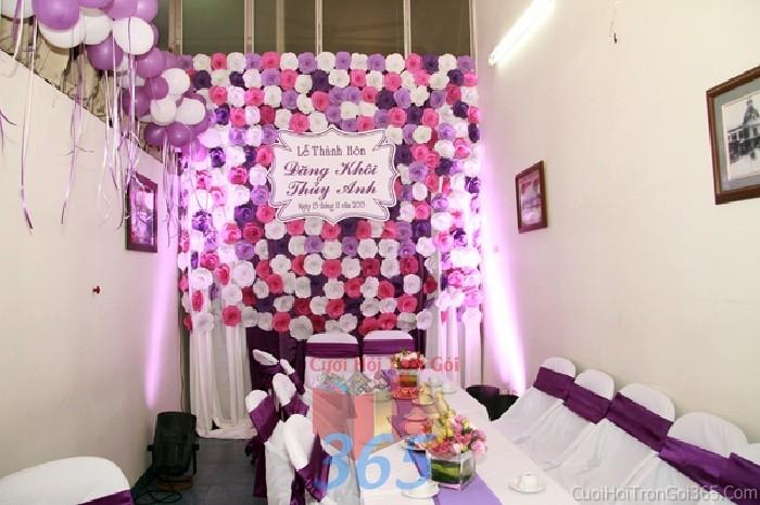 Backdrop hoa đám cưới tông màu tím hồng đa sắc phong cách dễ thương, lãng mạn được kết từ những bông hoa giấy nhỏ xinh phủ đầyBDNH47 : Mẫu cưới hỏi trọn gói 365 của công ty dịch vụ trang trí nhà tiệc cưới hỏi đẹp rẻ uy tín ở tại quận Tân Phú Sài Gòn TPHCM Gò Vấp