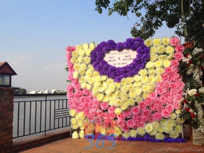 Backdrop hoa đám cưới tông màu tím hồng đa sắc tươi đẹp kết từ hoa cúc tím hồng tBDNH49 : Mẫu cưới hỏi trọn gói 365 của công ty dịch vụ trang trí nhà tiệc cưới hỏi đẹp rẻ uy tín ở tại quận Tân Phú Sài Gòn TPHCM Gò Vấp
