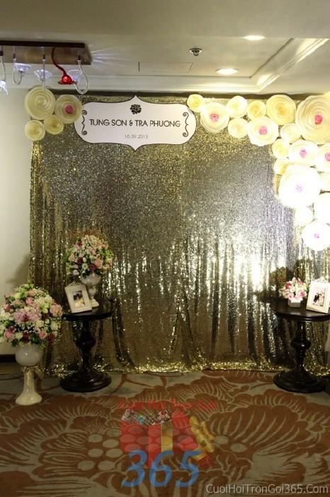 Backdrop hoa đám cưới tông màu vàng đồng nhạt cá tính từ những bông hoa giấy xoắn tròn lạBDNH55 : Mẫu cưới hỏi trọn gói 365 của công ty dịch vụ trang trí nhà tiệc cưới hỏi đẹp rẻ uy tín ở tại quận Tân Phú Sài Gòn TPHCM Gò Vấp