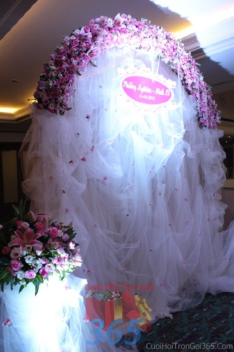 Backdrop hoa tươi đám cưới tông màu tím hồng lãng mạn tươi đẹp kết từ những bông hoa ly, hồng tươiBDNH39 : Mẫu cưới hỏi trọn gói 365 của công ty dịch vụ trang trí nhà tiệc cưới hỏi đẹp rẻ uy tín ở tại quận Tân Phú Sài Gòn TPHCM Gò Vấp