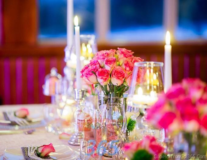 Bình hoa thủy tinh dáng cao để bàn tông hồng dễ thương tươi tắn cho lễ cưới, ăn hỏi, đính hôn để trang trí nhà ngày cướiHDB10 : Mẫu cưới hỏi trọn gói 365 của công ty dịch vụ trang trí nhà tiệc cưới hỏi đẹp rẻ uy tín ở tại quận Tân Phú Sài Gòn TPHCM Gò Vấp
