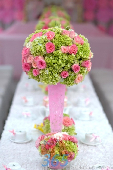 Bình hoa thủy tinh hồng dáng cao để bàn tông hồng xanh tươi tắn, sang trọng cho lễ cưới, ăn hỏi, đính hôn để trang trí nhà ngày cướiHDB11 : Mẫu cưới hỏi trọn gói 365 của công ty dịch vụ trang trí nhà tiệc cưới hỏi đẹp rẻ uy tín ở tại quận Tân Phú Sài Gòn TPHCM Gò Vấp