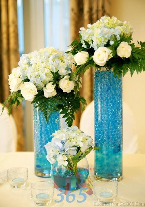 Bình hoa thủy tinh xanh biển dáng cao để bàn tông trắng tinh khôi lễ cưới, ăn hỏi, đính hôn để trang trí nhà ngày cướiHDB13 : Mẫu cưới hỏi trọn gói 365 của công ty dịch vụ trang trí nhà tiệc cưới hỏi đẹp rẻ uy tín ở tại quận Tân Phú Sài Gòn TPHCM Gò Vấp