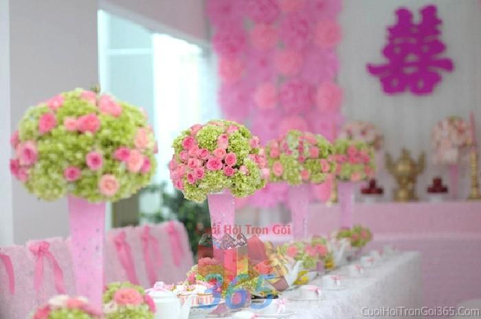 Bình hoathủy tinh hồng dáng cao để bàn tông hồng xanh tươi tắn, nhẹ nhàng cho lễ cưới, ăn hỏi, đính hôn để trang trí nhà ngày cướiHDB14 : Mẫu cưới hỏi trọn gói 365 của công ty dịch vụ trang trí nhà tiệc cưới hỏi đẹp rẻ uy tín ở tại quận Tân Phú Sài Gòn TPHCM Gò Vấp