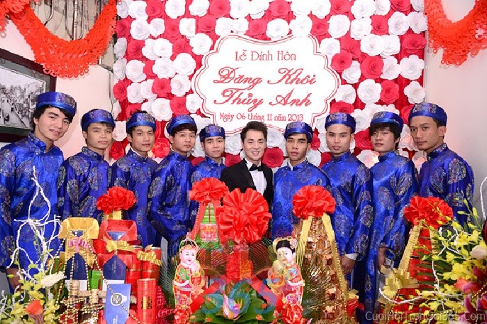 Cho thuê đội ngũ nhân sự bưng mâm quả nam với đồng phục áo dài khăn đống màu xanh dBQNA11 : Mẫu cưới hỏi trọn gói 365 của công ty dịch vụ trang trí nhà tiệc cưới hỏi đẹp rẻ uy tín ở tại quận Tân Phú Sài Gòn TPHCM Gò Vấp