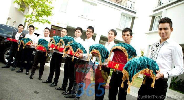 Cho thuê đội ngũ nhân sự bưng mâm quả nam với đồng phục sơ mi tBQNA09 : Mẫu cưới hỏi trọn gói 365 của công ty dịch vụ trang trí nhà tiệc cưới hỏi đẹp rẻ uy tín ở tại quận Tân Phú Sài Gòn TPHCM Gò Vấp