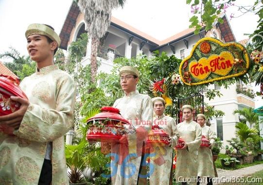 Cho thuê đội ngũ nhân viên nam nữ bưng mâm quả màu vàng đồng ngày đám cưới, lễ ăn hỏi BQNA04 : Mẫu cưới hỏi trọn gói 365 của công ty dịch vụ trang trí nhà tiệc cưới hỏi đẹp rẻ uy tín ở tại quận Tân Phú Sài Gòn TPHCM Gò Vấp