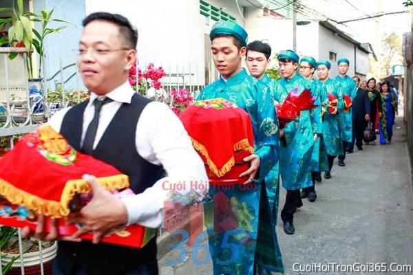 Cho thuê đội ngũ nhân viên nam nữ bưng mâm quả màu xanh ngọc ngày đám cưới, lễ ăn hỏi BQNA05 : Mẫu cưới hỏi trọn gói 365 của công ty dịch vụ trang trí nhà tiệc cưới hỏi đẹp rẻ uy tín ở tại quận Tân Phú Sài Gòn TPHCM Gò Vấp