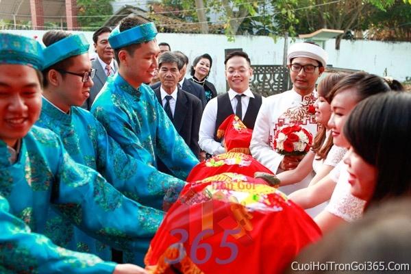 Cho thuê đội ngũ nhân viên nam nữ bưng mâm quả màu xanh ngọc ngày đám cưới, lễ ăn hỏi BQNA06 : Mẫu cưới hỏi trọn gói 365 của công ty dịch vụ trang trí nhà tiệc cưới hỏi đẹp rẻ uy tín ở tại quận Tân Phú Sài Gòn TPHCM Gò Vấp