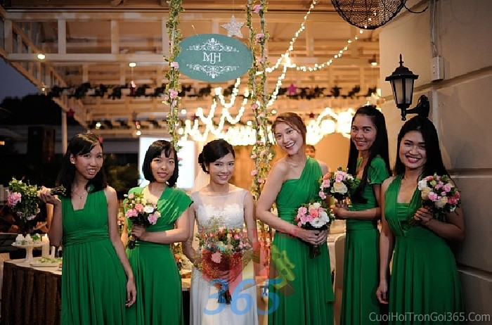 Cho thuê đồng phục váy xanh lá nữ tính cho cô dâu phụ hoặc bưng mâm quả ngày đám cướiDP15 : Mẫu cưới hỏi trọn gói 365 của công ty dịch vụ trang trí nhà tiệc cưới hỏi đẹp rẻ uy tín ở tại quận Tân Phú Sài Gòn TPHCM Gò Vấp
