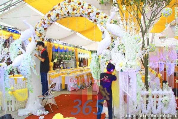 Cho thuê nhà tiệc khung rạp cưới màu vàng làm lễ đãi tiệc đám cưới ăn hỏi RC04 : Mẫu cưới hỏi trọn gói 365 của công ty dịch vụ trang trí nhà tiệc cưới hỏi đẹp rẻ uy tín ở tại quận Tân Phú Sài Gòn TPHCM Gò Vấp