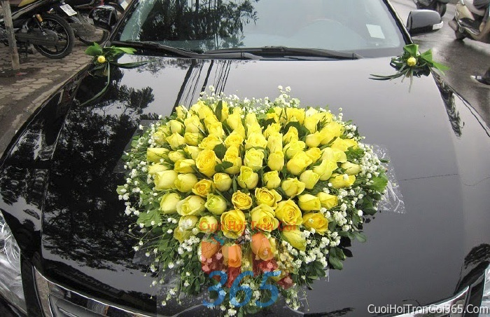 Cho thuê xe cưới 4 chỗ 7 chỗ màu đen kết hoa hoa hồng vàng để đón rước dâu ngày đám cưới X4C14 : Mẫu cưới hỏi trọn gói 365 của công ty dịch vụ trang trí nhà tiệc cưới hỏi đẹp rẻ uy tín ở tại quận Tân Phú Sài Gòn TPHCM Gò Vấp