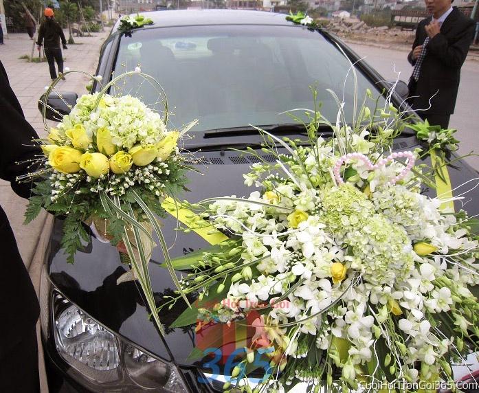 Cho thuê xe cưới 4 chỗ 7 chỗ màu đen kết hoa phông lan vàng trắng để đón rước dâu ngày đám cưới X4C20 : Mẫu cưới hỏi trọn gói 365 của công ty dịch vụ trang trí nhà tiệc cưới hỏi đẹp rẻ uy tín ở tại quận Tân Phú Sài Gòn TPHCM Gò Vấp