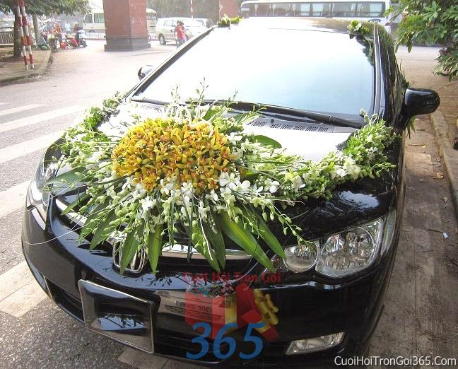 Cho thuê xe cưới 4 chỗ 7 chỗ màu đen kết hoa phông lan vàng trắng để đón rước dâu ngày đám cưới X4C21 : Mẫu cưới hỏi trọn gói 365 của công ty dịch vụ trang trí nhà tiệc cưới hỏi đẹp rẻ uy tín ở tại quận Tân Phú Sài Gòn TPHCM Gò Vấp