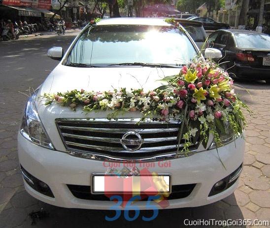 Cho thuê xe cưới 4 chỗ 7 chỗ màu trắng kết hoa hoa hồng trắng hồng để đón rước dâu ngày đám cưới X4C01 : Mẫu cưới hỏi trọn gói 365 của công ty dịch vụ trang trí nhà tiệc cưới hỏi đẹp rẻ uy tín ở tại quận Tân Phú Sài Gòn TPHCM Gò Vấp