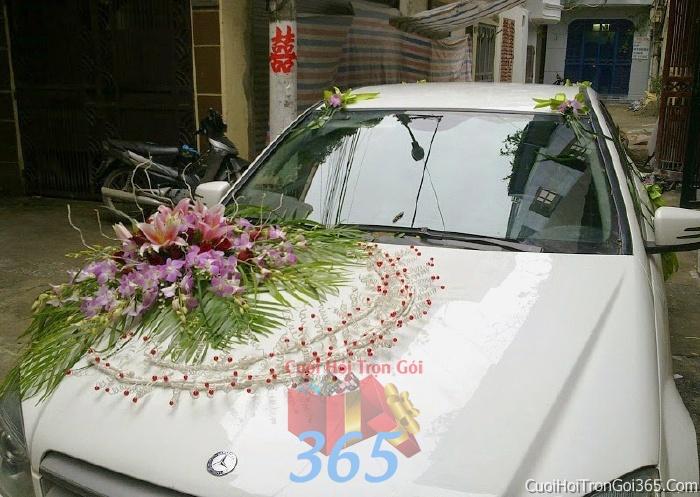 Cho thuê xe cưới 4 chỗ 7 chỗ màu trắng kết hoa hoa phong lan trắng tím để đón rước dâu ngày đám cướiX4C05 : Mẫu cưới hỏi trọn gói 365 của công ty dịch vụ trang trí nhà tiệc cưới hỏi đẹp rẻ uy tín ở tại quận Tân Phú Sài Gòn TPHCM Gò Vấp