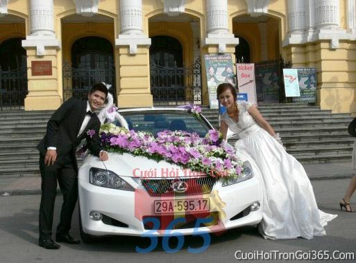 Cho thuê xe cưới 4 chỗ 7 chỗ màu trắng kết hoa lan hồ điệp trắng tím để đón rước dâu ngày đám cưới X4C07 : Mẫu cưới hỏi trọn gói 365 của công ty dịch vụ trang trí nhà tiệc cưới hỏi đẹp rẻ uy tín ở tại quận Tân Phú Sài Gòn TPHCM Gò Vấp