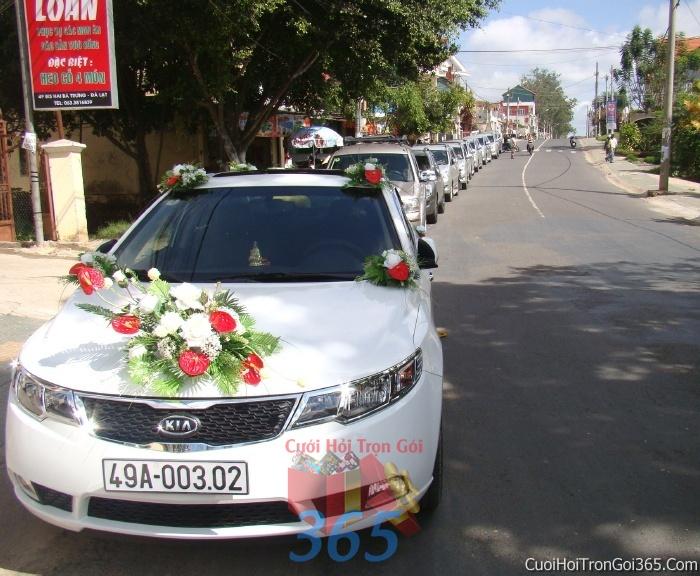 Cho thuê xe cưới 4 chỗ 7 chỗ màu trắng kết hoa tươi trắng đỏ để đón rước dâu ngày đám cưới X4C11 : Mẫu cưới hỏi trọn gói 365 của công ty dịch vụ trang trí nhà tiệc cưới hỏi đẹp rẻ uy tín ở tại quận Tân Phú Sài Gòn TPHCM Gò Vấp