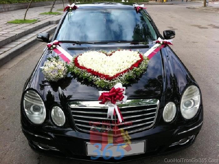 Cho thuê xe cưới 4 chỗ màu đen kết hoa hồng tươi kết hình trái tim trắng đỏ để đón rước dâu ngày đám X4C41 : Mẫu cưới hỏi trọn gói 365 của công ty dịch vụ trang trí nhà tiệc cưới hỏi đẹp rẻ uy tín ở tại quận Tân Phú Sài Gòn TPHCM Gò Vấp