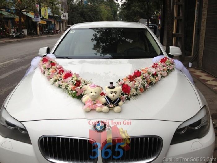 Cho thuê xe cưới 4 chỗ màu trắng cực dễ thương với đôi gấu bông và hoa tươi kết hình chữ V để đón rước dâu ngày đám X4C33 : Mẫu cưới hỏi trọn gói 365 của công ty dịch vụ trang trí nhà tiệc cưới hỏi đẹp rẻ uy tín ở tại quận Tân Phú Sài Gòn TPHCM Gò Vấp
