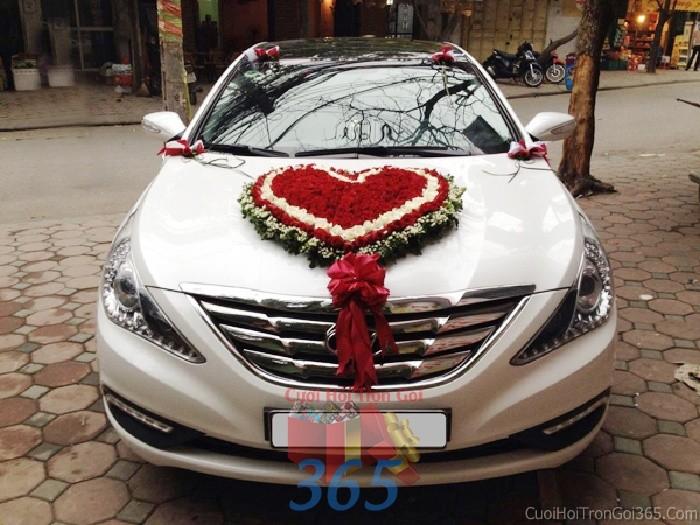 Cho thuê xe cưới 4 chỗ màu trắng kết hoa hồng tươi hình trái tim đỏ rực rỡ để đón rước dâu ngày đám X4C35 : Mẫu cưới hỏi trọn gói 365 của công ty dịch vụ trang trí nhà tiệc cưới hỏi đẹp rẻ uy tín ở tại quận Tân Phú Sài Gòn TPHCM Gò Vấp