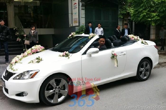Cho thuê xe cưới 4 chỗ màu trắng mui trần kết hoa tươi trắng hồng dễ thương để đón rước dâu ngày đám X4C40 : Mẫu cưới hỏi trọn gói 365 của công ty dịch vụ trang trí nhà tiệc cưới hỏi đẹp rẻ uy tín ở tại quận Tân Phú Sài Gòn TPHCM Gò Vấp