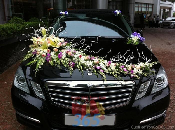 dịch vụ cưới hỏi trọn gói - Cho thuê xe cưới 4 chỗ màuđen kết hoa phong lan trắng tím đẹp tươi để đón rước dâu ngày đám X4C43