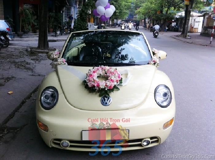 Cho thuê xe cưới 4 chỗ màukem độc lạ dễ thương với hoa vòng tròn nhỏ xinh trắng hồng để đón rướcX4C42 : Mẫu cưới hỏi trọn gói 365 của công ty dịch vụ trang trí nhà tiệc cưới hỏi đẹp rẻ uy tín ở tại quận Tân Phú Sài Gòn TPHCM Gò Vấp