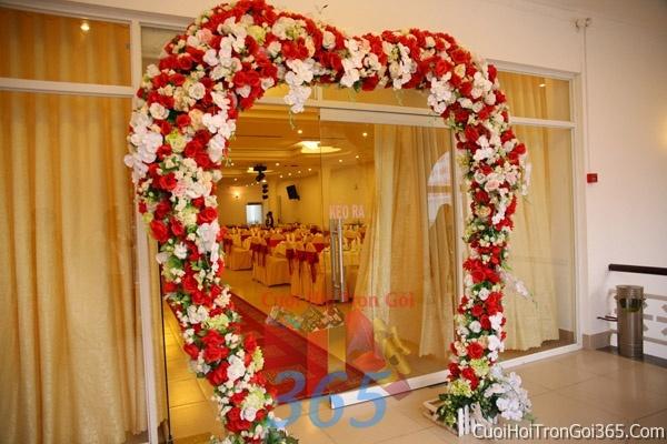 Cổng cưới hoa tươi hình trái tim tông đỏ kết đẹp, sang trọng từ hoa tươi và dây voan CHT01 : Mẫu cưới hỏi trọn gói 365 của công ty dịch vụ trang trí nhà tiệc cưới hỏi đẹp rẻ uy tín ở tại quận Tân Phú Sài Gòn TPHCM Gò Vấp