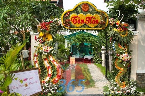 Cổng cưới hoa tươi long phụng kết đẹp, sang trọng từ hoa tươi và dây voan CHT02 : Mẫu cưới hỏi trọn gói 365 của công ty dịch vụ trang trí nhà tiệc cưới hỏi đẹp rẻ uy tín ở tại quận Tân Phú Sài Gòn TPHCM Gò Vấp